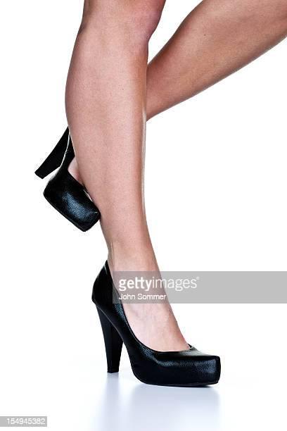 mulher vestindo salto alto - sapato salto alto com plataforma - fotografias e filmes do acervo