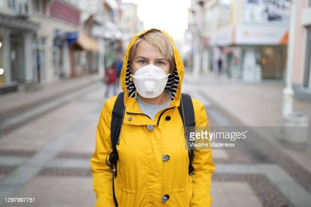 woman wearing in eu obligatory ffp2/kn95/n95/ protective mask - department of health and human services stock pictures, royalty-free photos & images