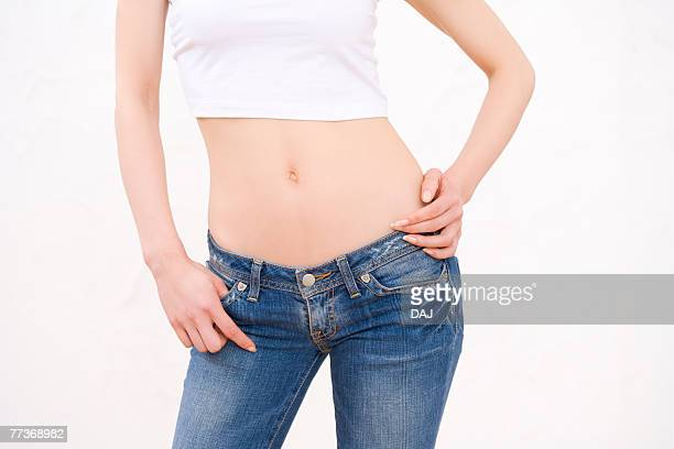 woman wearing jeans, front view - ローウエスト ストックフォトと画像