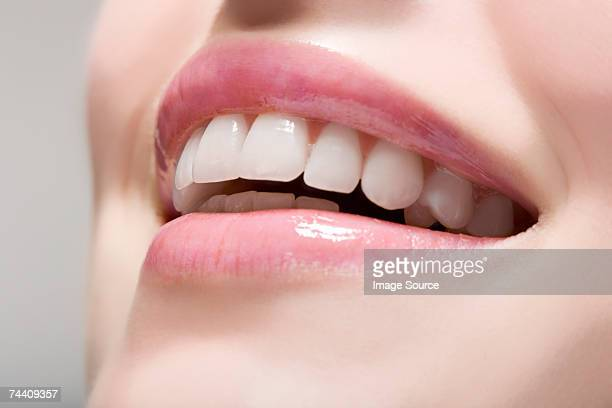 woman wearing lip gloss - europese etniciteit stockfoto's en -beelden