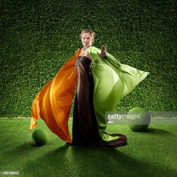 frau mit langen kleid stehen in eleganter und gepflegten garten - long dress stock-fotos und bilder