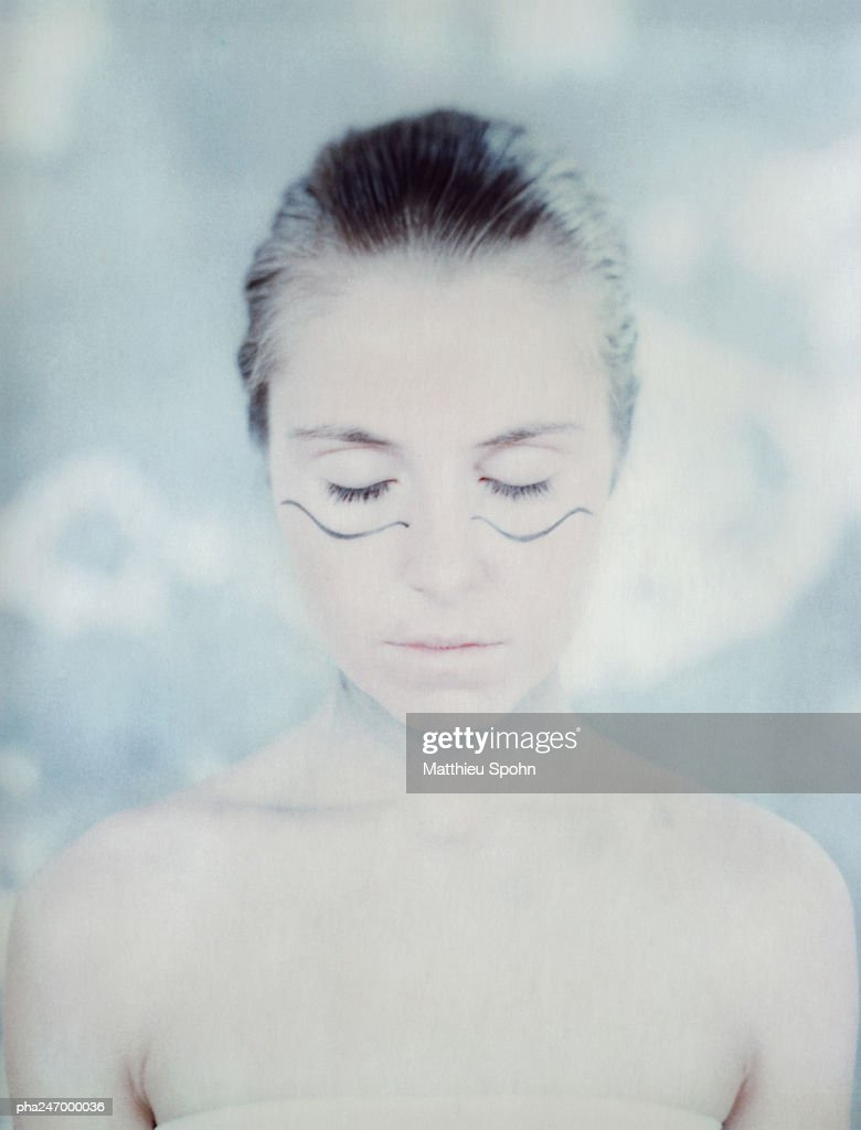 Woman wearing make-up, eyes closed, portrait : Stockfoto