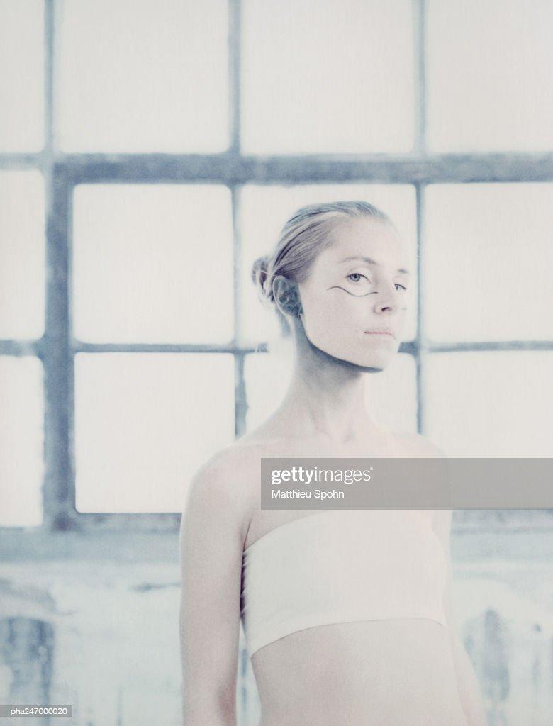 Woman wearing make-up, portrait : Stockfoto