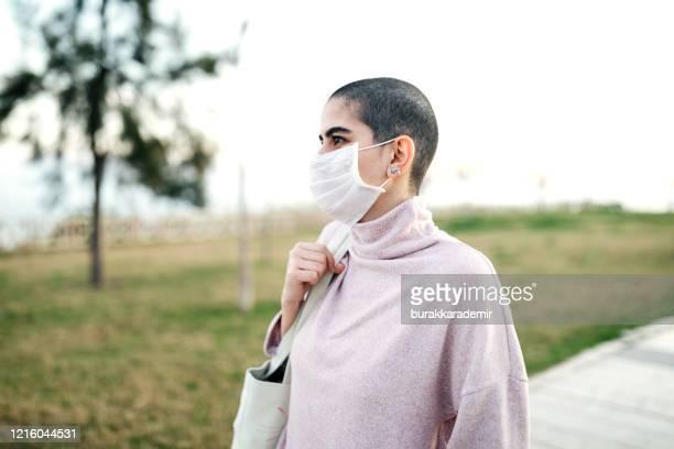 感染症を避けるためにマスクを着用した女性 - 悪性腫瘍 ストックフォトと画像