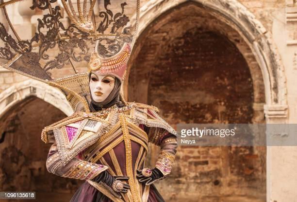 femme portant le masque élégant mystique au carnaval de venise - carnaval de venise photos et images de collection