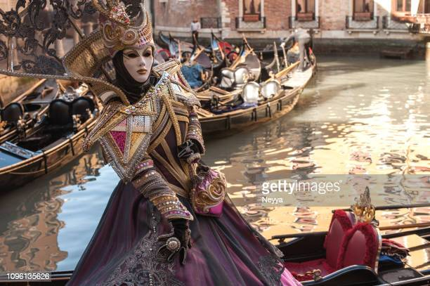 femme portant le masque élégant mystique au carnaval de venise - carnaval photos et images de collection
