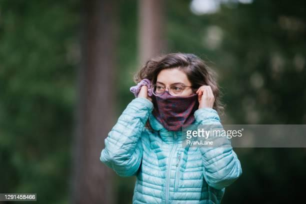 顔の覆いのための首ガイタースカーフを身に着けている女性 - ゲートル ストックフォトと画像