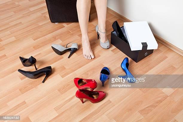 Frau trägt auf high-heel Schuh