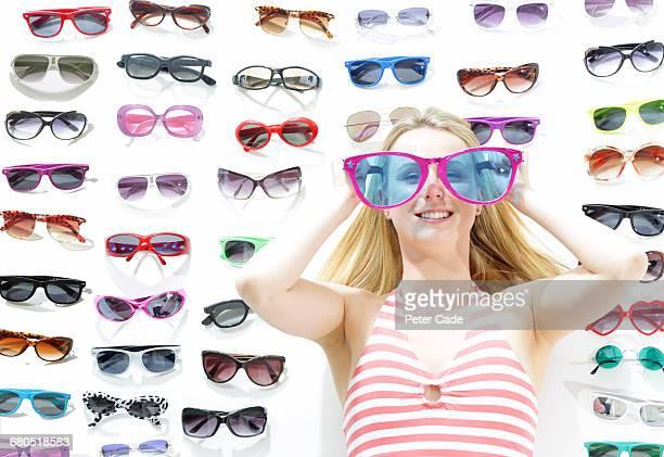 woman wearing oversized glasses, glasses on floor - à profusion photos et images de collection