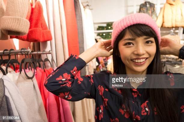 ショッピング ピンクの装飾を身に着けている女性。