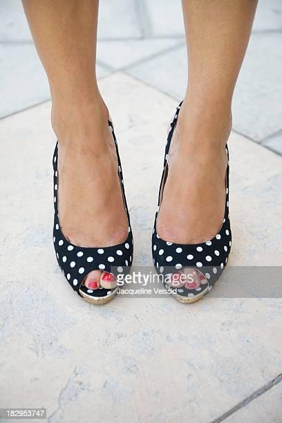 woman wearing polka dot high heels - lunares fotografías e imágenes de stock