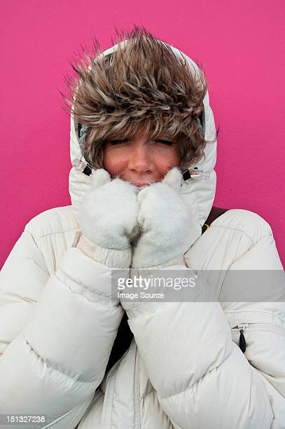 woman wearing puffer jacket with hood - femme poil photos et images de collection