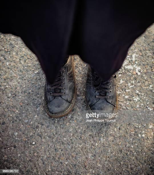woman wearing reversed shoes ! - terugtrekken stockfoto's en -beelden
