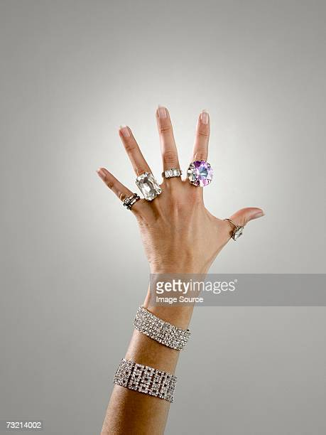 woman wearing rings and bracelets - anello gioiello foto e immagini stock