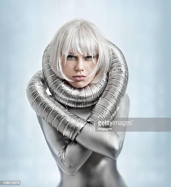 Frau mit Silber catsuit
