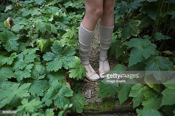 Eine Frau mit Socken und Sandalen