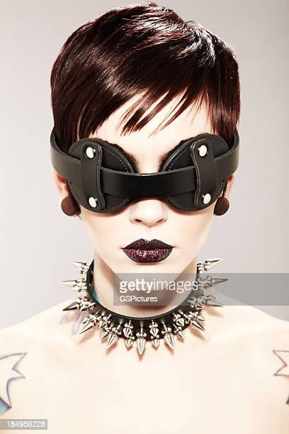 Frau mit spitz zulaufender Kragen und Maske