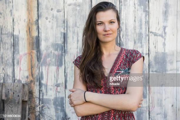 Frau Sommer Kleid auf hölzernen Hintergrund