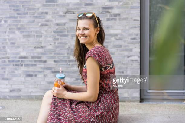 Frau trägt Sommerkleid