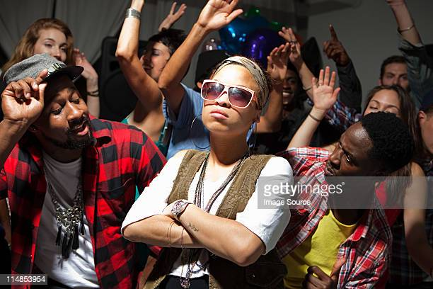 Femme portant des lunettes de soleil à la fête