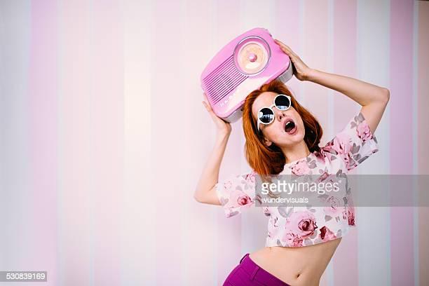 Femme portant des lunettes de soleil danse avec Radio Vintage