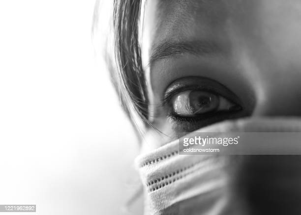 mujer que usa mascarilla quirúrgica para protección durante covid-19 - desequilibrio fotografías e imágenes de stock