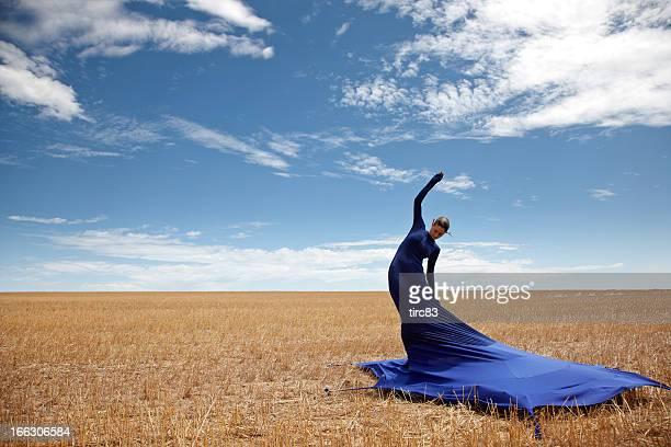 Femme portant la robe de tente cornfield