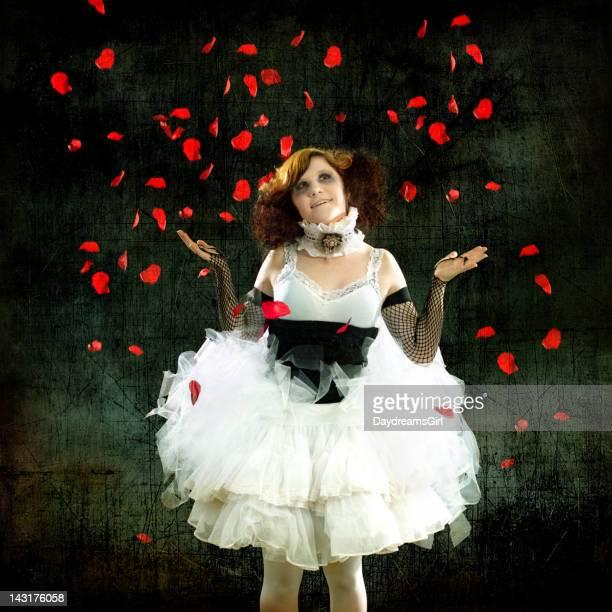 女性のチュチュを着ていくバラの花びら