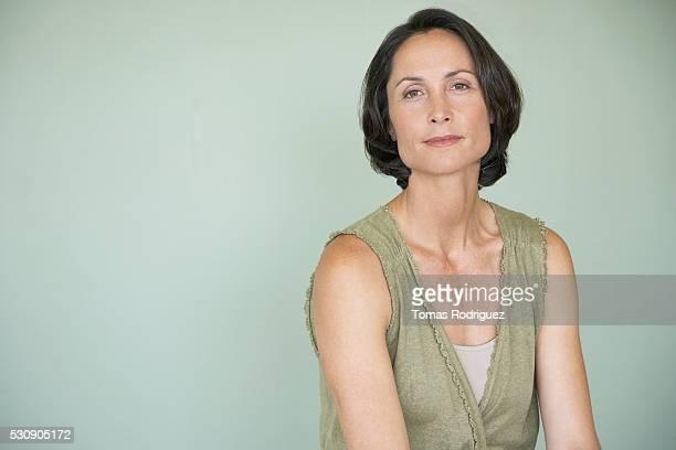 woman wearing vest - fondo verde fotografías e imágenes de stock