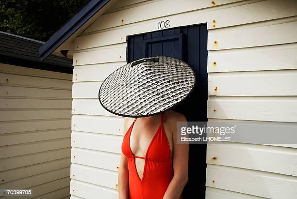 woman wearing vintage hat and swimsuit - chapeau chinois photos et images de collection