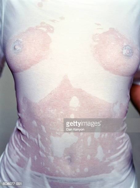 woman wearing wet t-shirt, close-up, mid-section - wet t shirts - fotografias e filmes do acervo