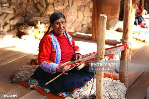 woman weaving andean alpaca wool textile - cultura peruana fotografías e imágenes de stock