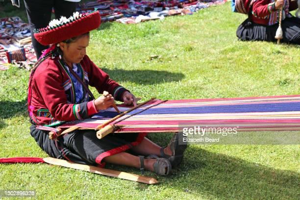 woman weaving at andes village, peru - cultura peruana fotografías e imágenes de stock
