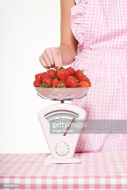 Femme pesant fraises