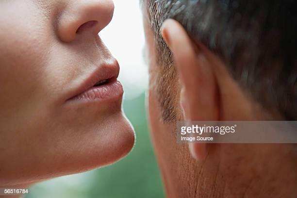 Homme femme Chuchoter à l'oreille