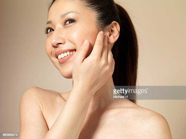 Woman who affixes her hand to her cheek