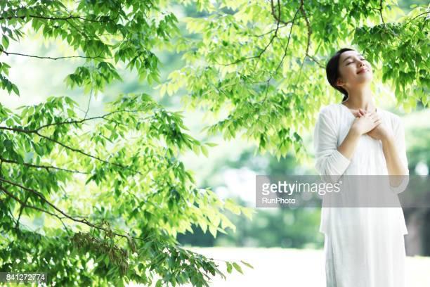 woman who has fun expressing his eyes closed - 心の平穏 ストックフォトと画像
