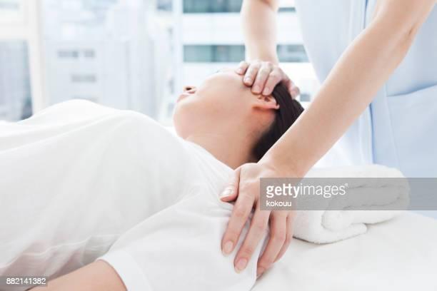 治療を受けるために傾斜している女性。