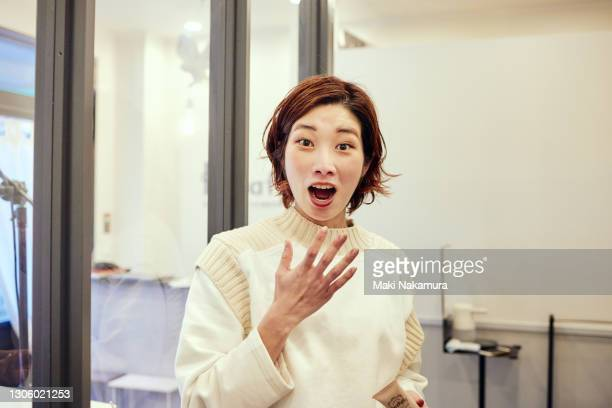 a woman who is surprised at the encounter. - サプライズ ストックフォトと画像