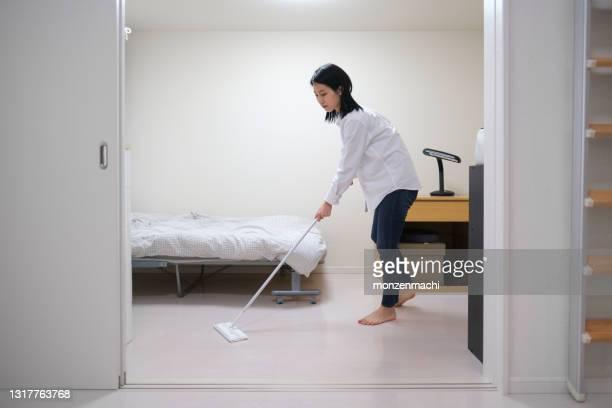 女性の拭き取りフロア - 清掃用具 ストックフォトと画像