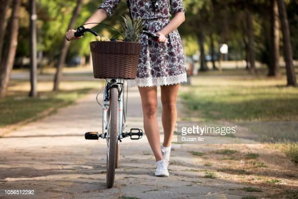 Fahrrad im dem minirock auf Warum fahren