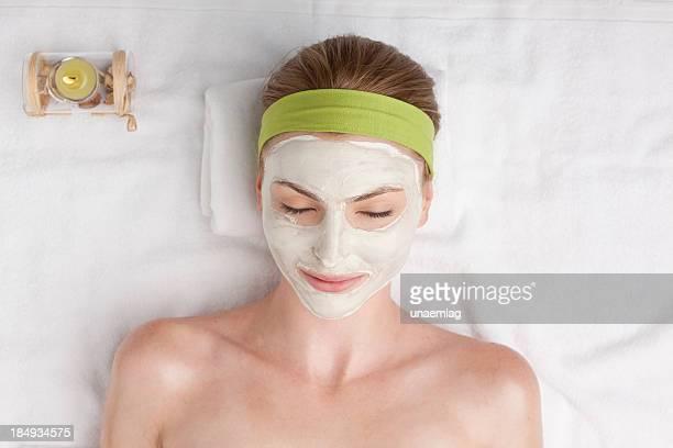 mujer en el spa con máscara facial cosméticos - piel bonita mujer desnuda tumbada fotografías e imágenes de stock