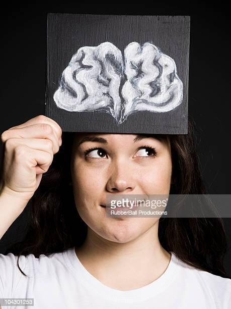Frau mit einer Zeichnung eines Gehirns