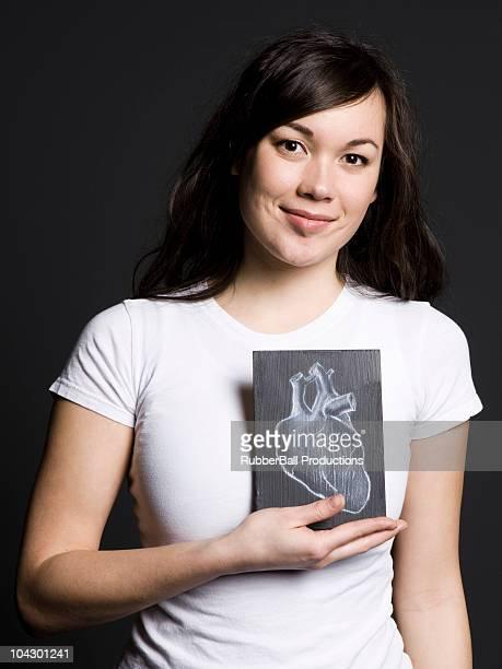Frau mit einer Zeichnung von ein Herz