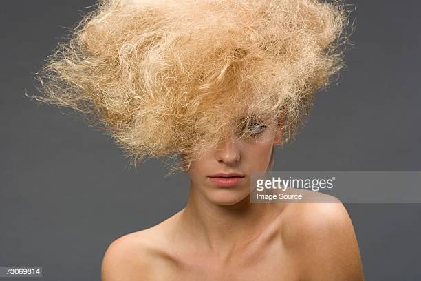 Frau mit einem Kraus Frisur