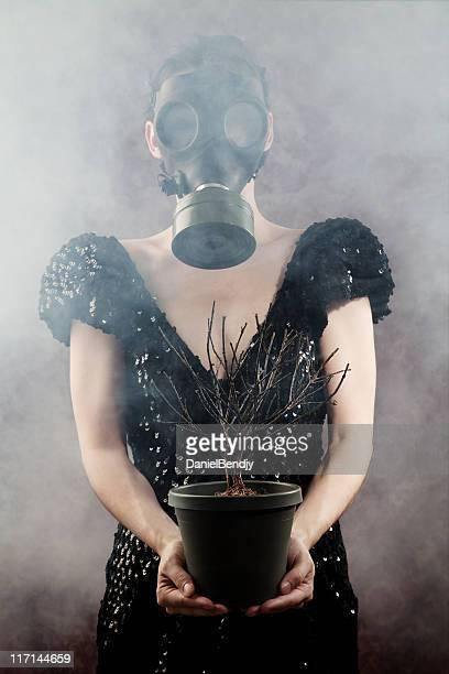 Frau mit einer Gasmaske
