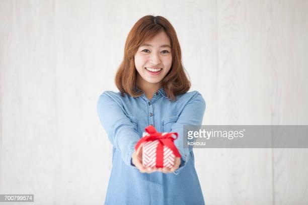 プレゼントを持つ女性 - 贈り物 ストックフォトと画像