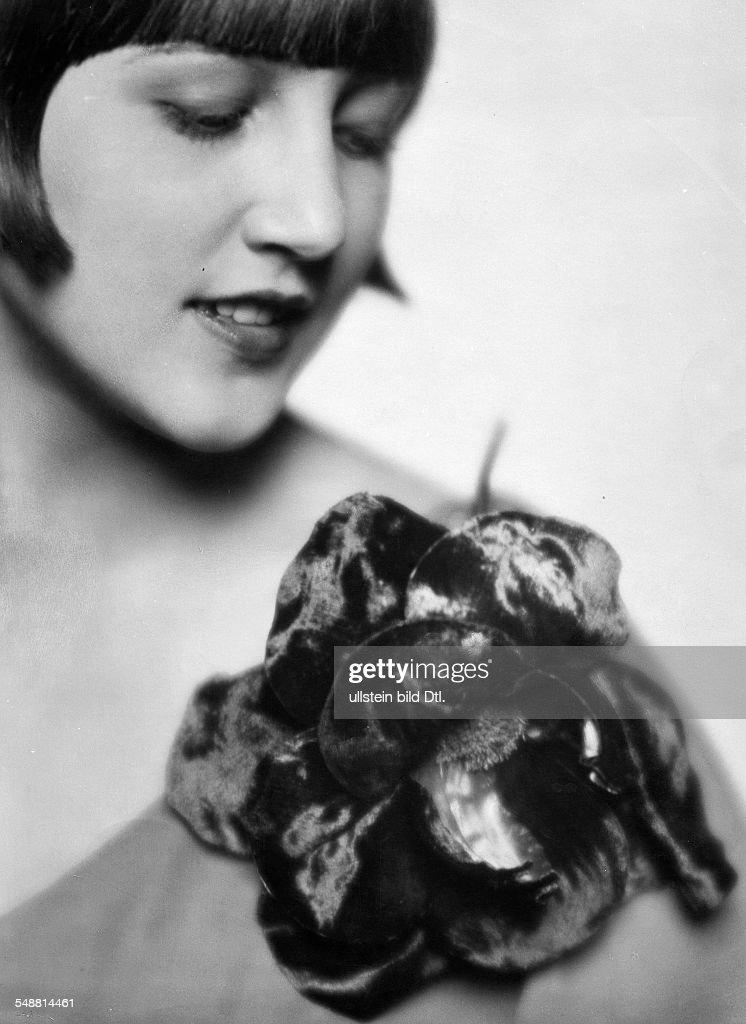 Woman With a Parisian waxflower of the house Capitol-Gerstel - Portrait - 1927 - Photographer: Mario von Bucovich - Published by: 'Der Querschnitt' 04/1927 Vintage property of ullstein bild : News Photo