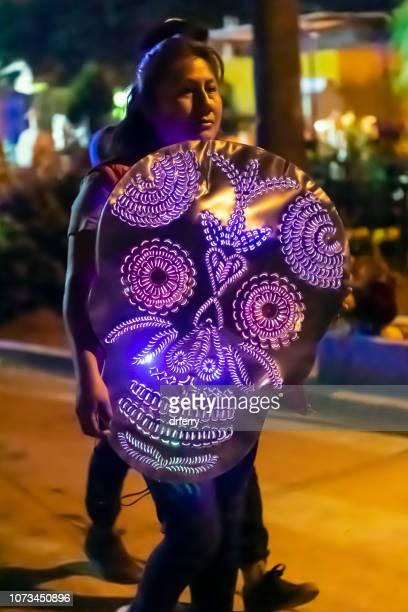 Femme avec un masque violet sur le Día de los Muertos, Oaxaca