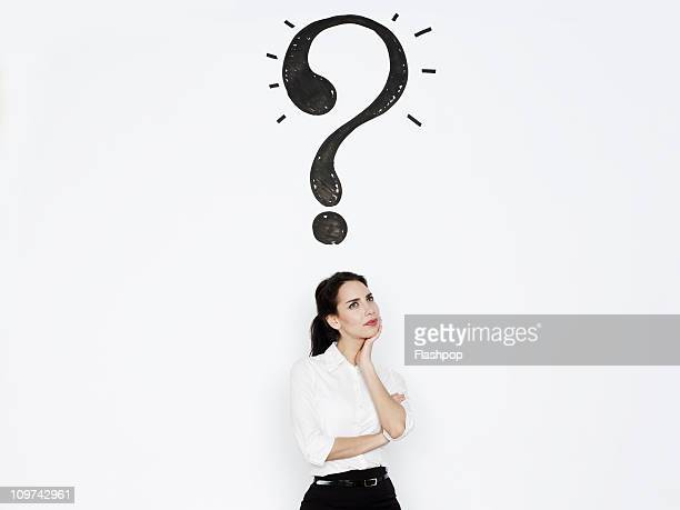 woman with a question mark above her head - 問題 ストックフォトと画像